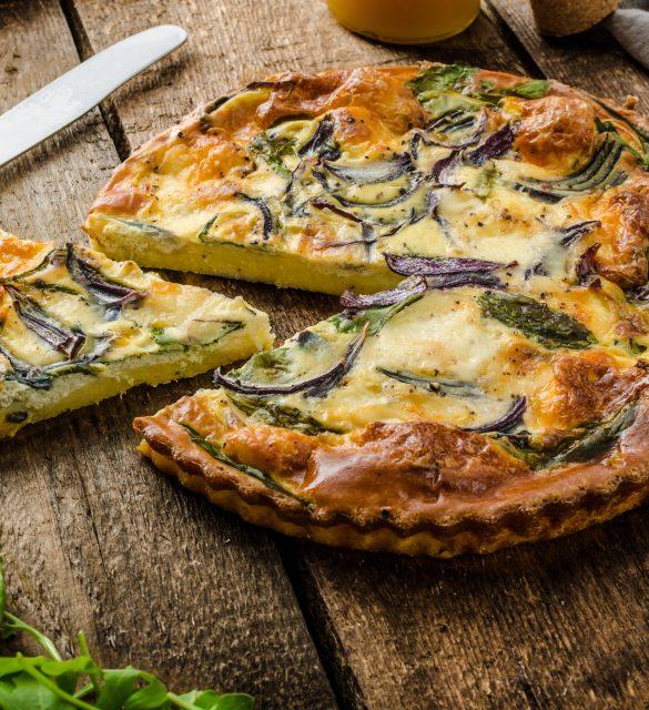 Polenta quiche with red onion, spinach, mozzarella and arugula