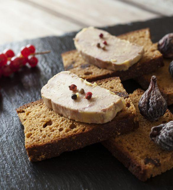 foie gras; foie; gras; foie de canard; foie d'oie; figue; airelles; figues; houx; pain d'épices; france; gastronomie; canard; oie; sud-ouest; région; aoc; ferme; fermier; bio; production; noël; aoc; bio; couper; cuisine; célébration; décoration; ferme; festivité; fête; gavage; luxe; manger; nourriture; nouvel an; nouvelle année; noël; oie; ouest; pain; pain grillé; plaisir; produit; restaurant; restauration; réveillon; sud; sud-ouest; terroir; tradition; tranche; épice; sel; poivre; menu; ardoise